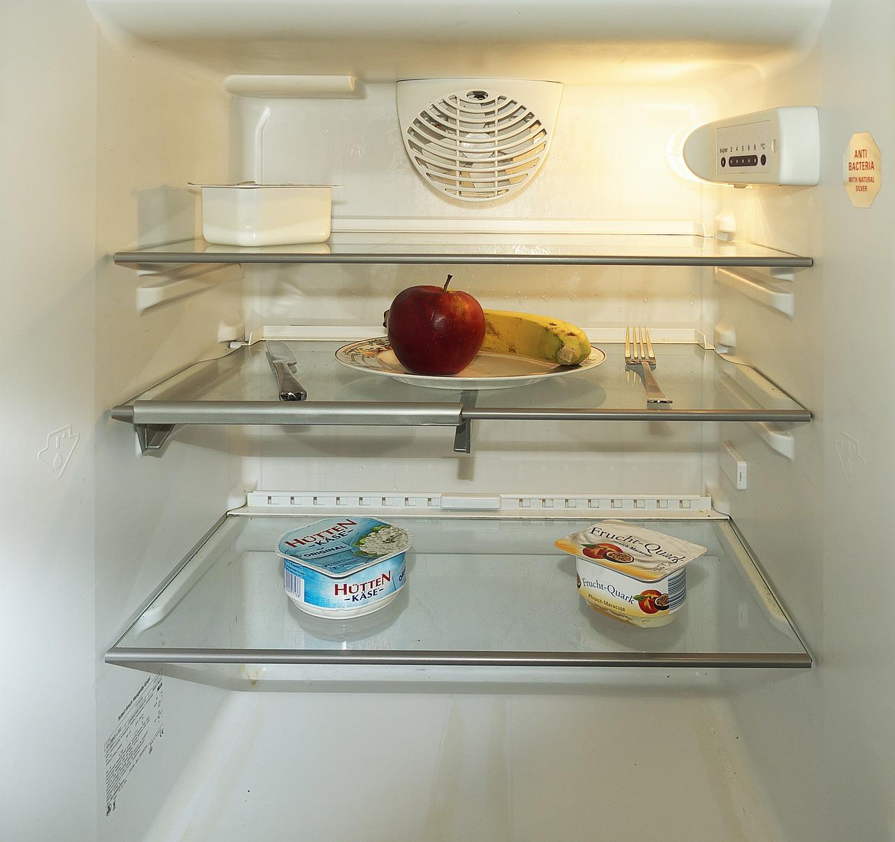 Jak ograniczyć wydatki na jedzeniu - pusta lodówka